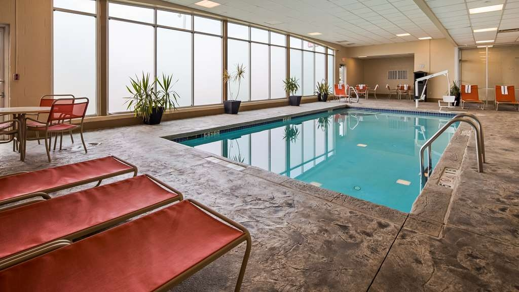 Best Western Airport Inn & Suites Cleveland - Piscina