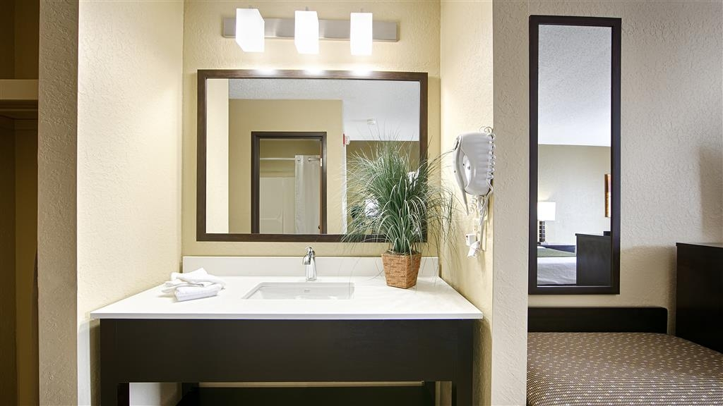 Best Western Norwalk - Guest Bathroom