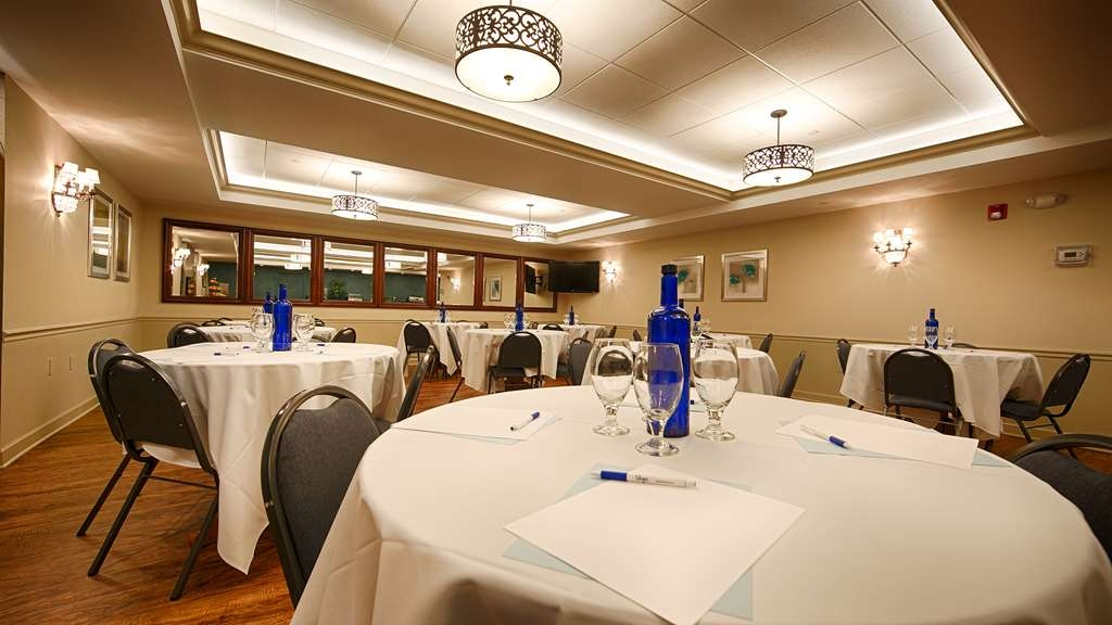 Best Western Plus Lawnfield Inn & Suites - Heritage meeting room has a flexible configuration option to suit your needs. Our professional staff can offer audio/visual support to full service catering.