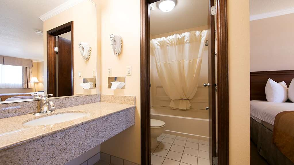 Best Western Clermont - All guest bathrooms have a large vanity with plenty of room to unpack the necessities.