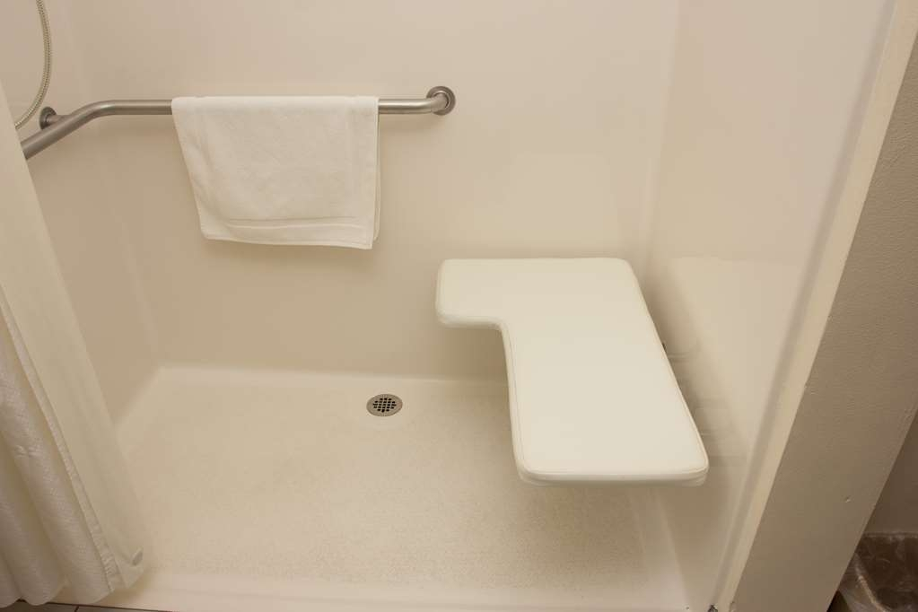 Best Western Lakewood Inn - This mobility room offers a roll in shower with built in shower seat for your convenience.