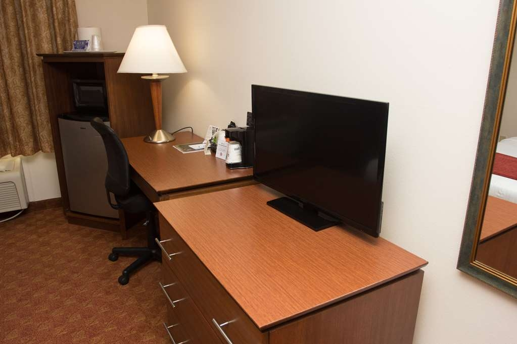 Best Western Lakewood Inn - All guest rooms are equipped with a working desk for your comfort.