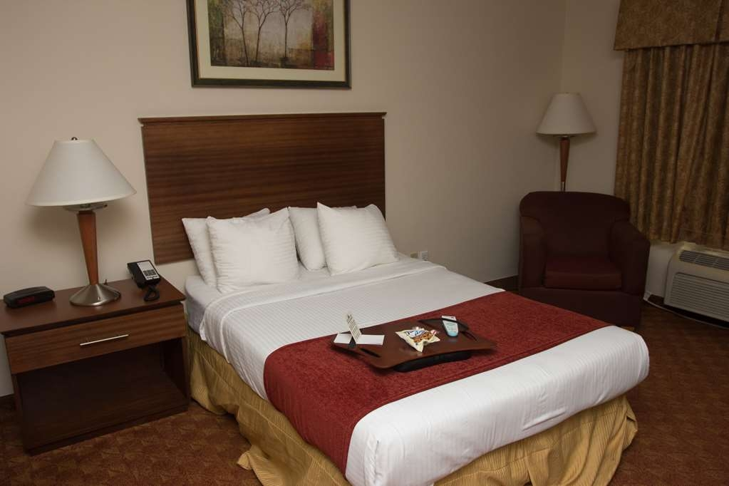 Best Western Lakewood Inn - Ground floor accessible rooms, double bed, flat screen TV with HBO®, lap-desk, refrigerator, microwave, complimentary cookies and Mint.