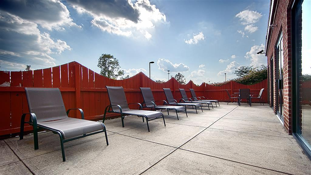 Best Western Mason Inn - Soak up the sun in one of our comfortable lounge chairs.