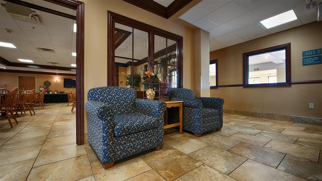 Best Western Mason Inn - Find a comfortable chair to chat with friends or flip through a magazine in our charming lobby.