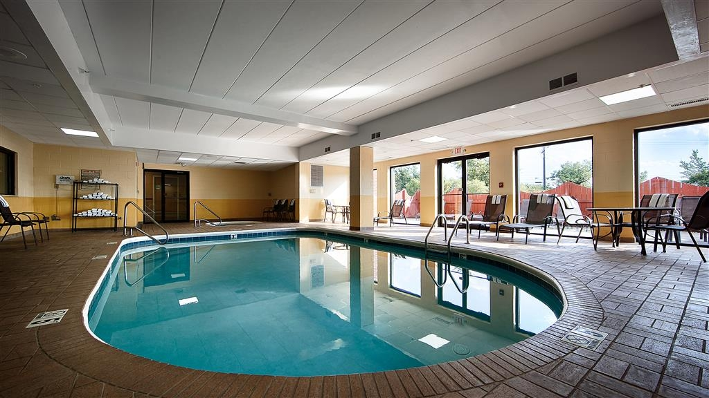 Best Western Mason Inn - Don't let the weather stop you from jumping in! Our indoor pool is heated year round for you and your friends.