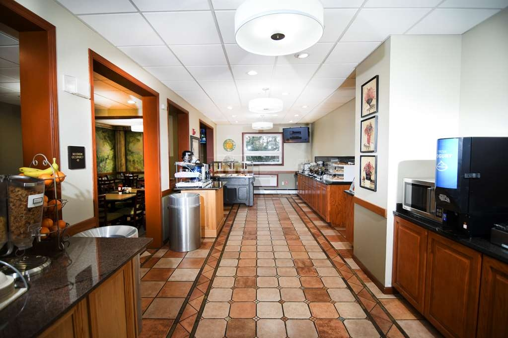 Best Western Plus Sandusky Hotel & Suites - Our breakfast room offers intimate dining for couples and smaller groups.