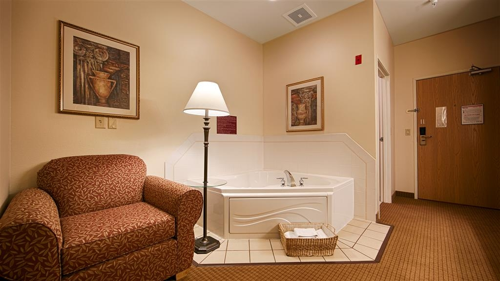Best Western Wapakoneta Inn - Suite with Whirlpool