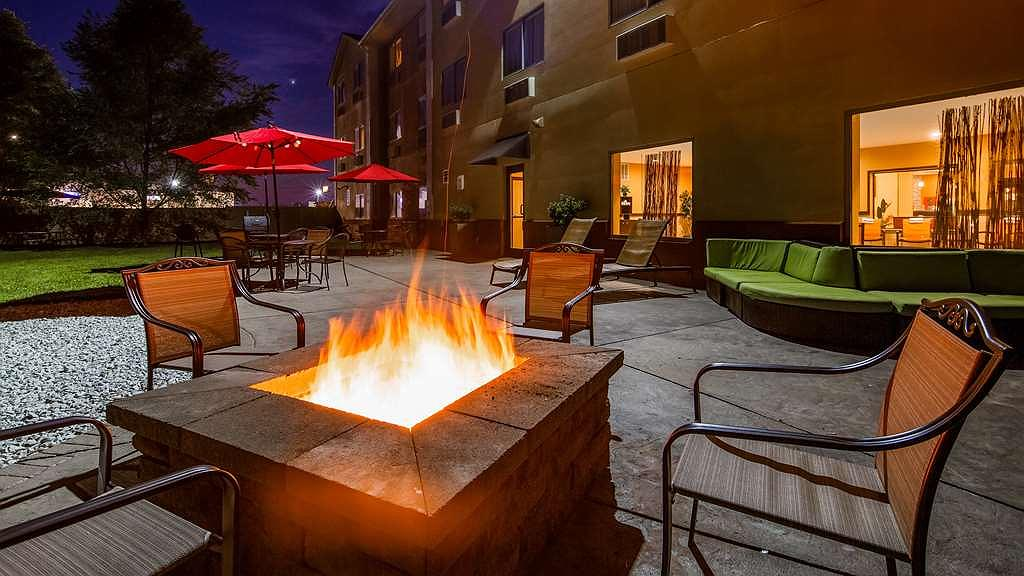Best Western Plus Whitewater Inn - Relax in our outdoor recreational seating with cozy fireplace.
