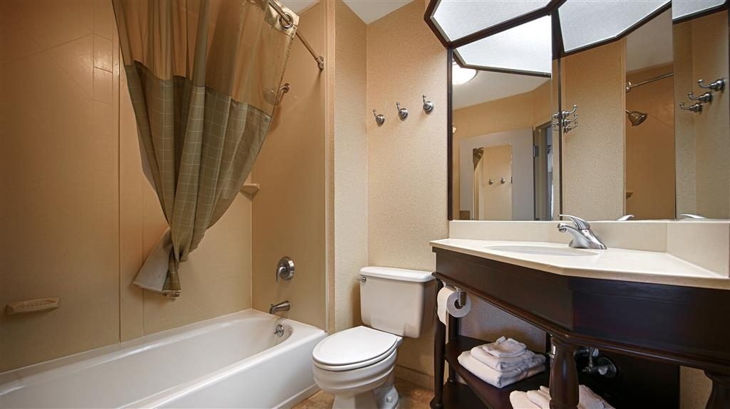 Best Western Monroe Inn - Enjoy getting ready for a day of adventure in this fully equipped guest bathroom.