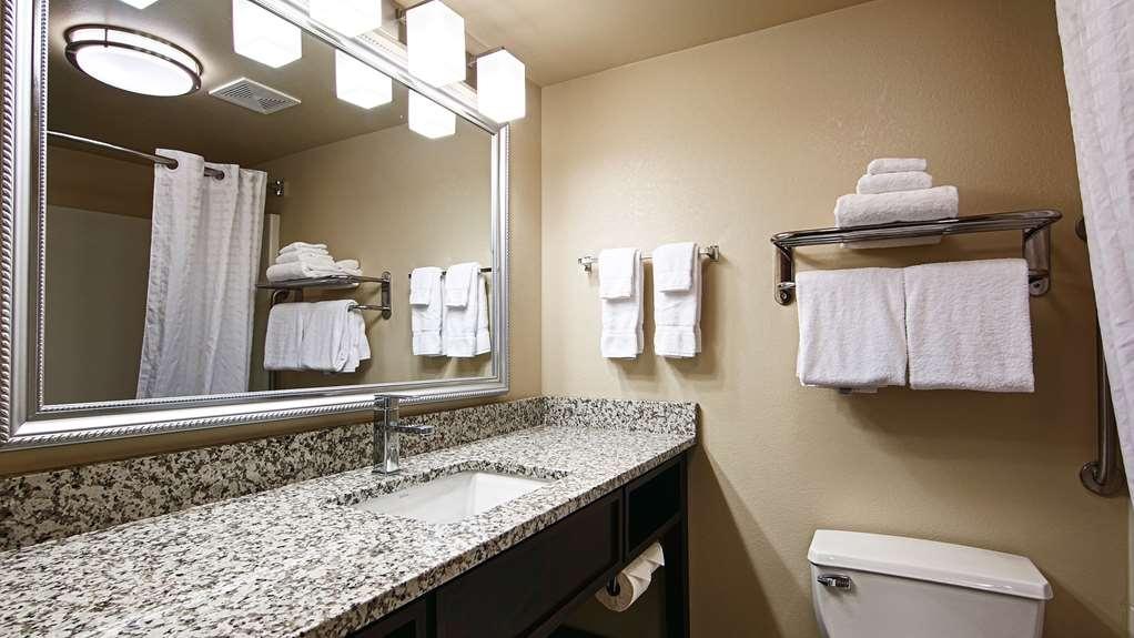 Best Western Plus West Akron Inn & Suites - Guest Bathroom