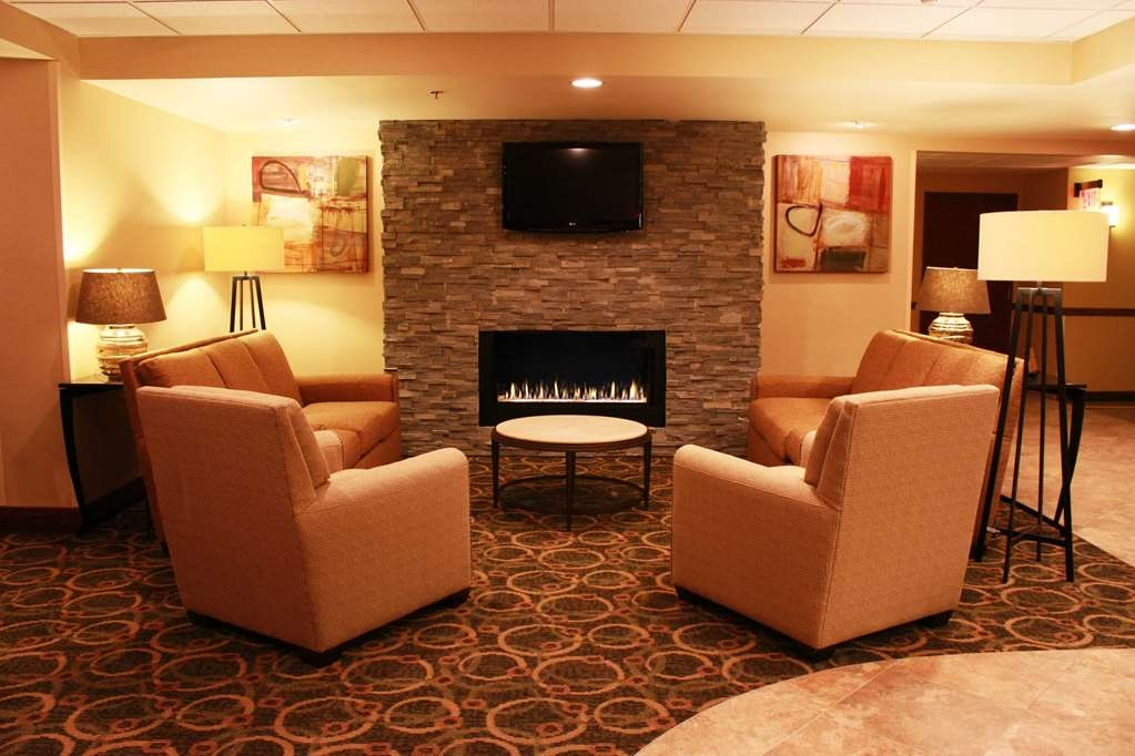 Best Western Plus West Akron Inn & Suites - Relax in our spacious lobby and dining area while enjoying a complimentary cup of coffee or tea.