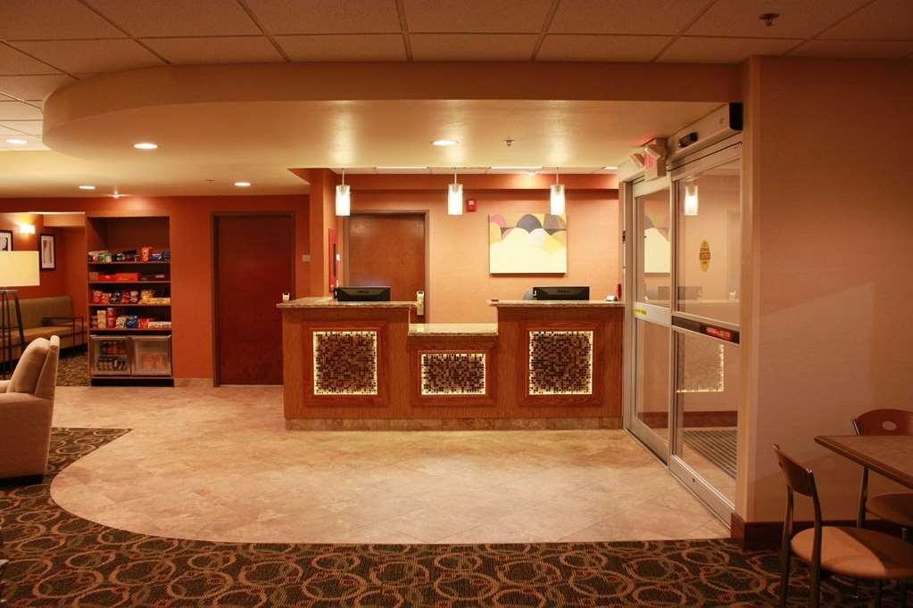 Best Western Plus West Akron Inn & Suites - Vista del vestíbulo