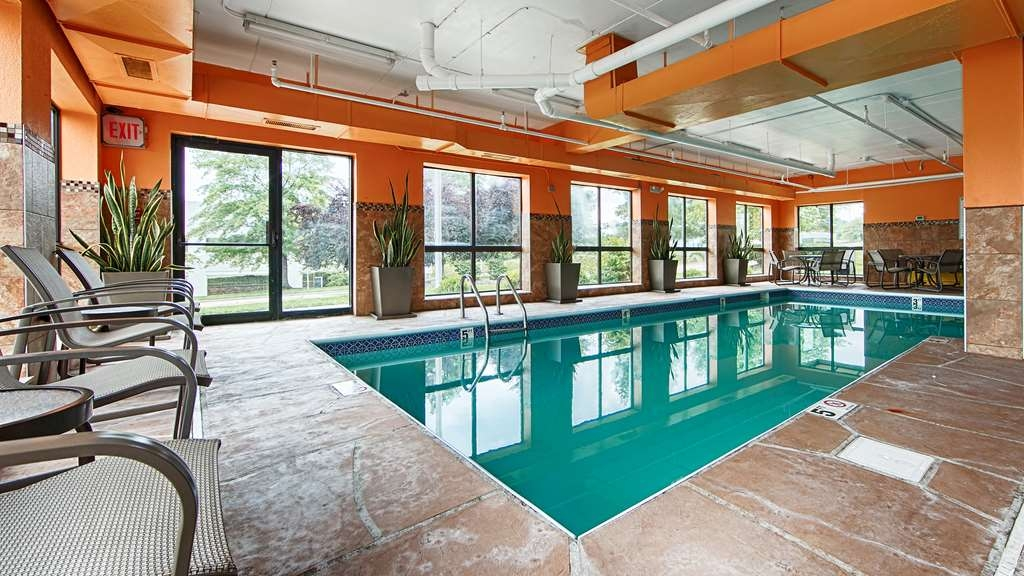 Best Western Plus West Akron Inn & Suites - Our indoor swimming pool is great for group gatherings.