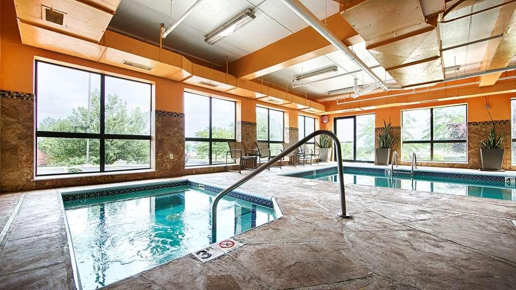 Best Western Plus West Akron Inn & Suites - Vista de la piscina