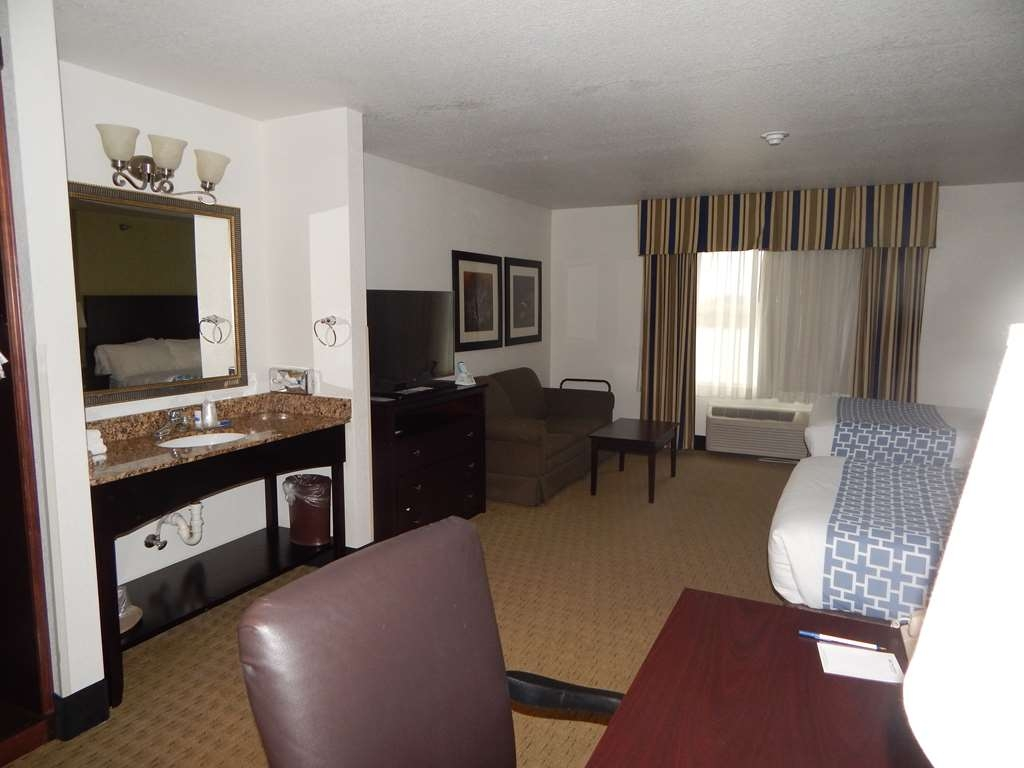 Best Western Celina - 2 double beds and a sofa bed, free high-speed Internet, large executive desk, HBO® on a 40-inch television and triple-sheeting.