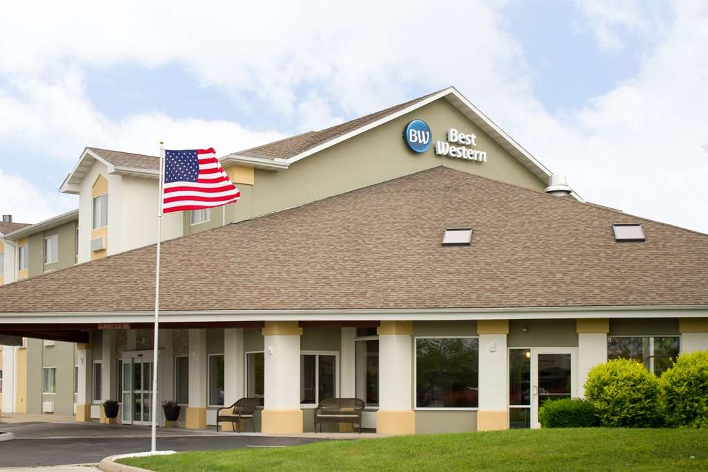 Best Western Toledo South Maumee - Plenty of well-lit parking onsite with an inviting front entrance that welcomes you upon every arrival.