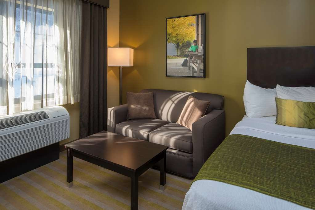 Best Western Plus Franciscan Square Inn and Suites Steubenville - Guestroom Sitting Area