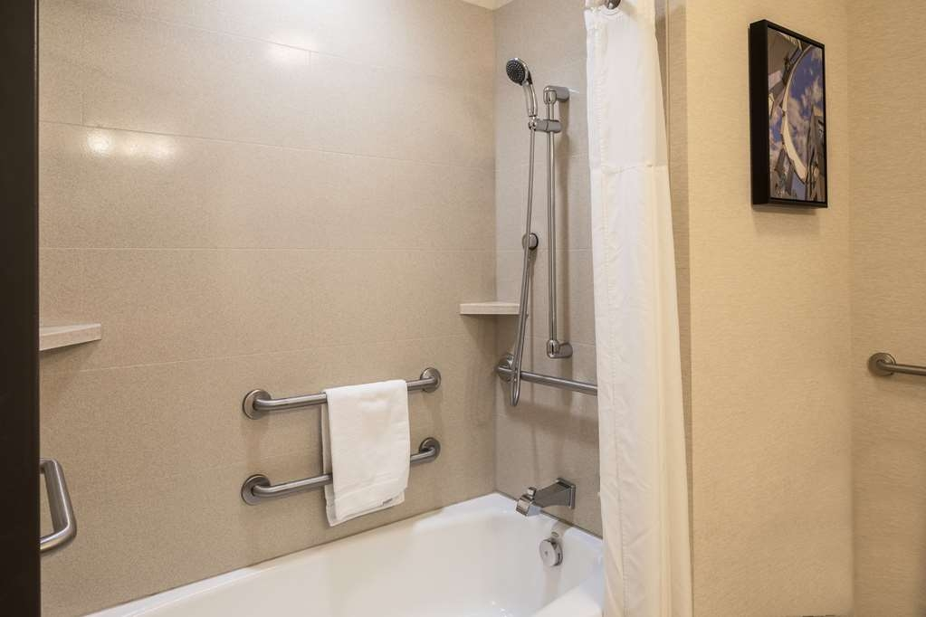 Best Western Plus Franciscan Square Inn and Suites Steubenville - Accessible Bathtub