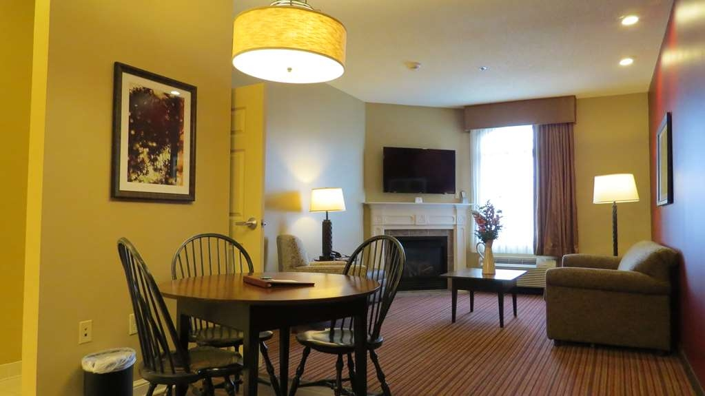 Best Western Plus Dutch Haus Inn and Suites - King Mobility Accessible Suite Living room