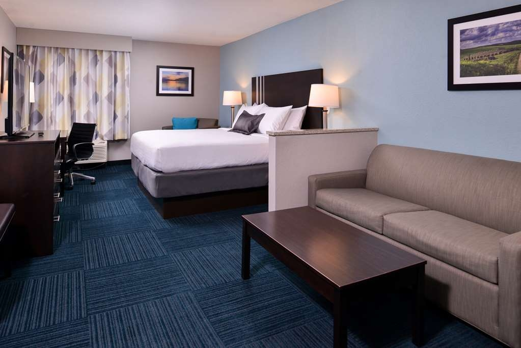 Best Western St. Clairsville Inn & Suites - Suite with One King Size Bed