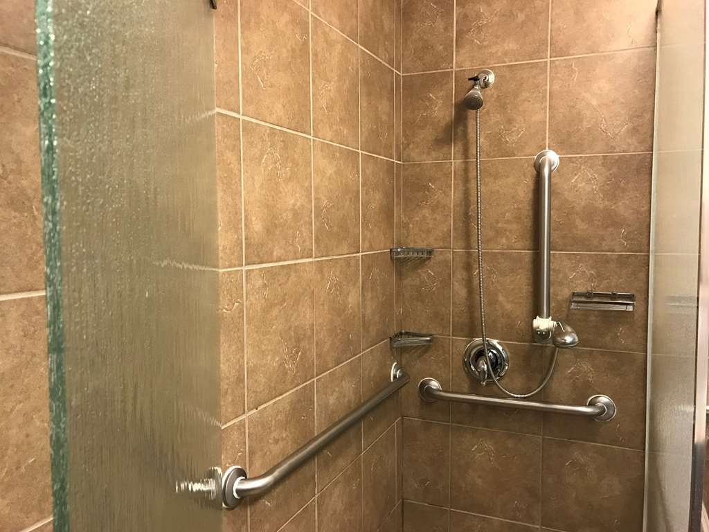 Best Western El Reno - Easy accessible walk-in shower.