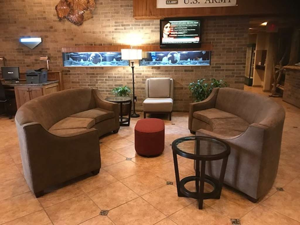 Best Western Plus Saddleback Inn & Conference Center - Meet up with friends and family in our lobby.