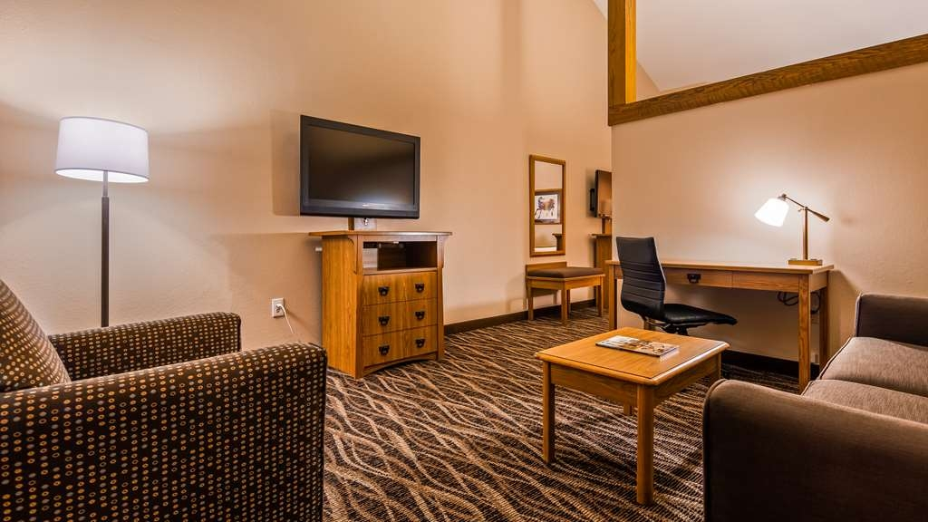 Best Western Plus Saddleback Inn & Conference Center - Suite Living Room