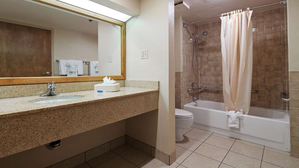 Best Western Plus Saddleback Inn & Conference Center - Guest Bathroom