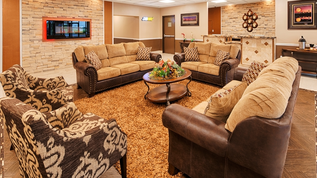 Best Western Airport - Our lobby sitting area provides a comfortable place to discuss your daily plans.