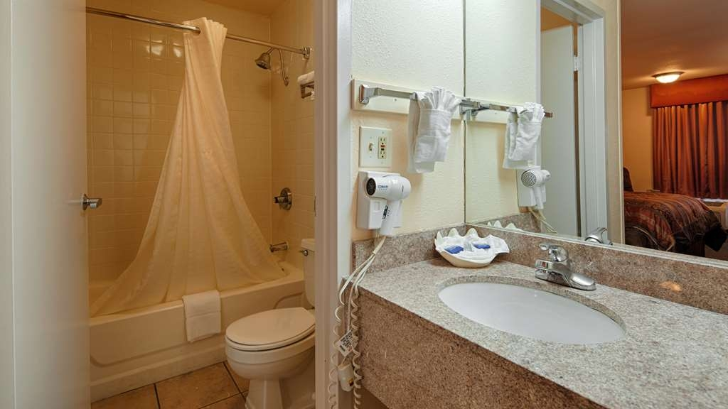 Best Western Airport - Get ready in our fully equipped bathroom!