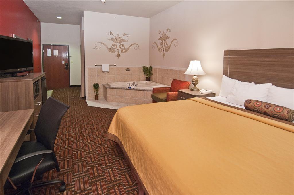 Best Western Plus Memorial Inn & Suites - Habitación con cama de matrimonio extragrande y bañera de hidromasaje