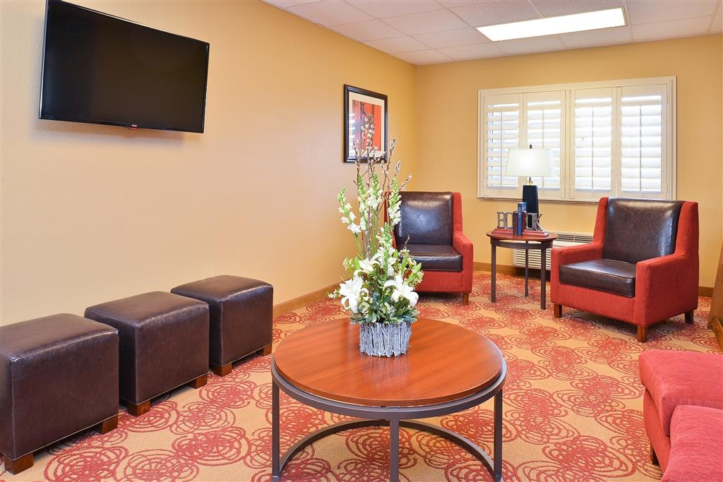 Best Western Blackwell Inn - Relax in our lobby and catch up on what's happening - big screen TV and Wi-Fi 24 hours daily.