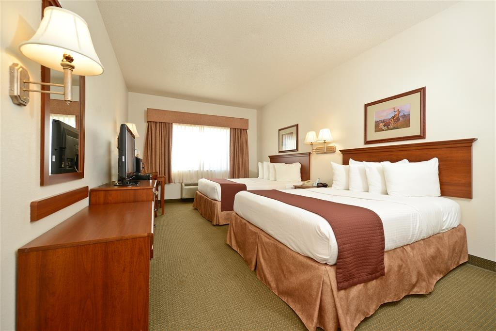 Best Western Blackwell Inn - Bring your whole family along for the trip to stay in our 2 queen bed guest room!
