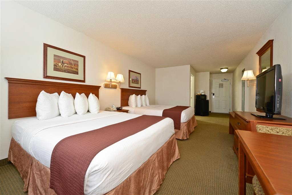 Best Western Blackwell Inn - Relax after a long day of travel in our two queen rooms.