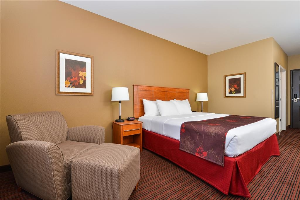 Best Western Blackwell Inn - Our spacious king guest room will provide you with a restful night of sleep on our comfortable mattresses.