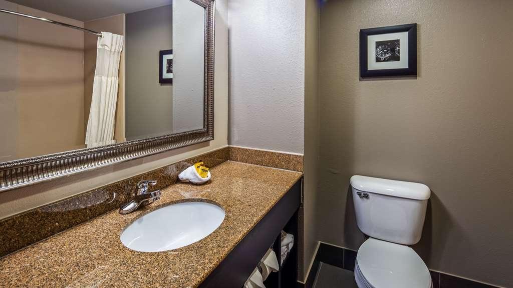 Best Western Plus Midwest City Inn & Suites - Guest Bathroom