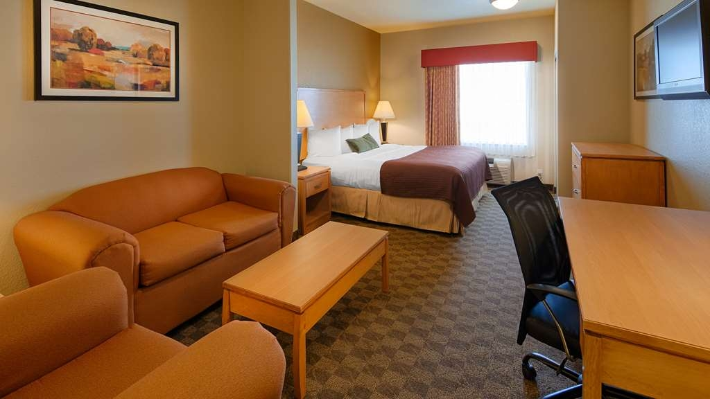 Best Western Plus Guymon Hotel & Suites - There is plenty of space for work or an extended stay in this single king suite room.