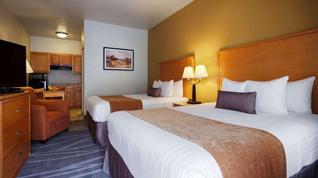 Best Western Plus Guymon Hotel & Suites - kitchenette with 2 Queen beds, sitting area and kitchen.