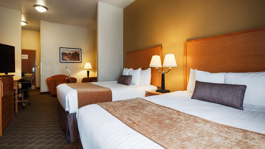 Best Western Plus Guymon Hotel & Suites - Suite with double Queen beds and sitting area.