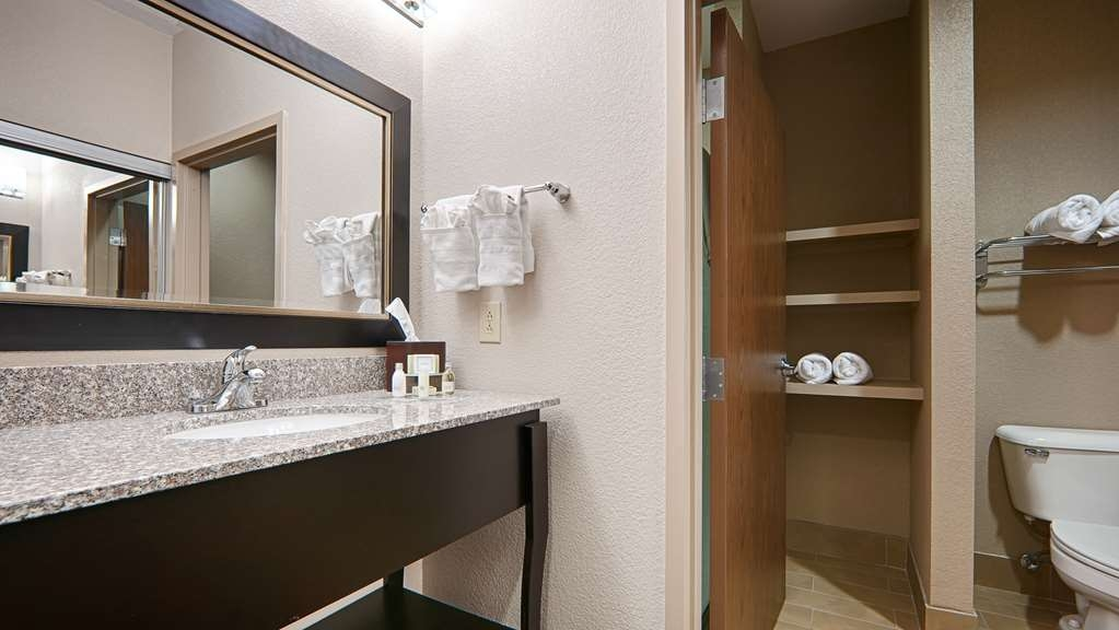 Best Western Plus Cushing Inn & Suites - Bathroom