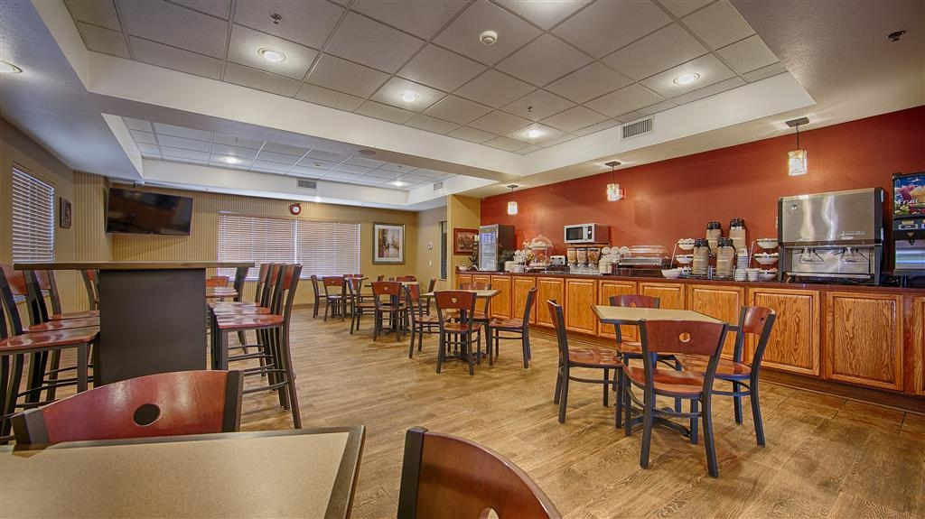 Best Western Plus Woodland Hills Hotel & Suites - Start your day off right with a complimentary breakfast.