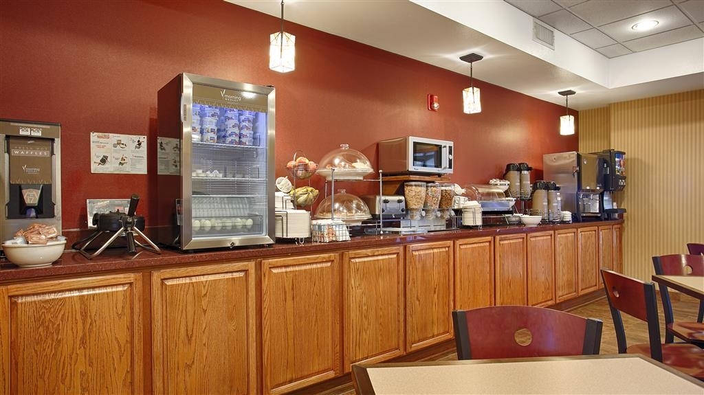 Best Western Plus Woodland Hills Hotel & Suites - Plenty of breakfast options are sure to satisify adults and children alike.