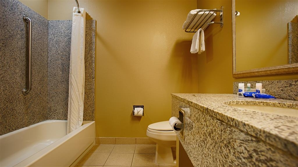 Best Western Plus Woodland Hills Hotel & Suites - Baño