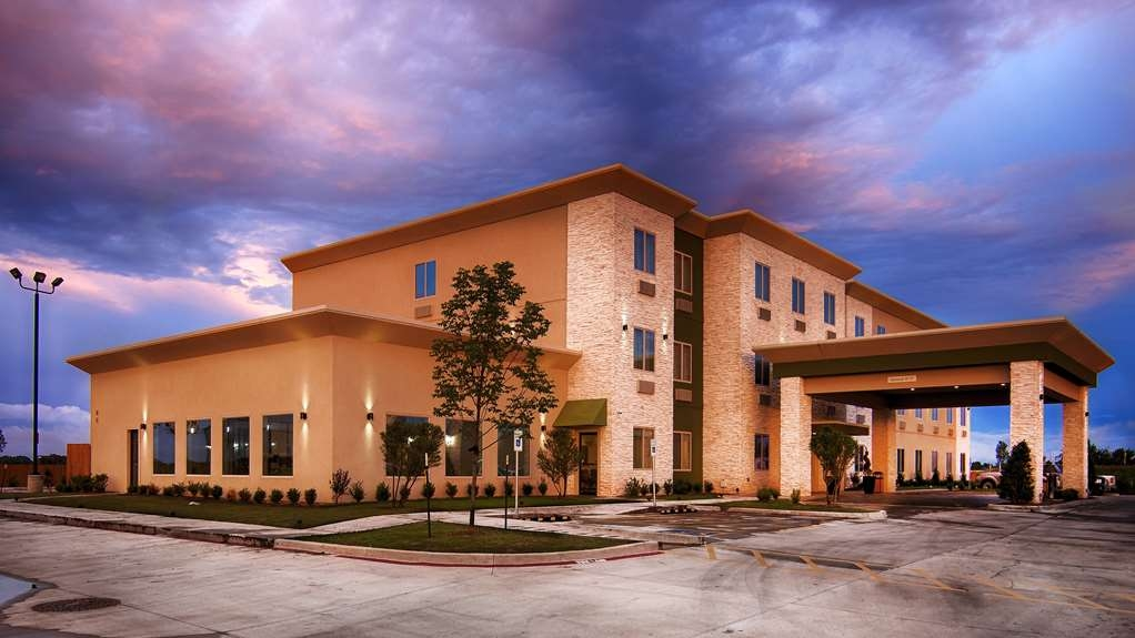 Best Western Lindsay Inn & Suites - Discover the best of Lindsay and enjoy your stay at the newly built BEST WESTERN Lindsay Inn & Suites.