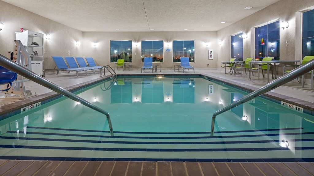 Best Western Lindsay Inn & Suites - Piscina