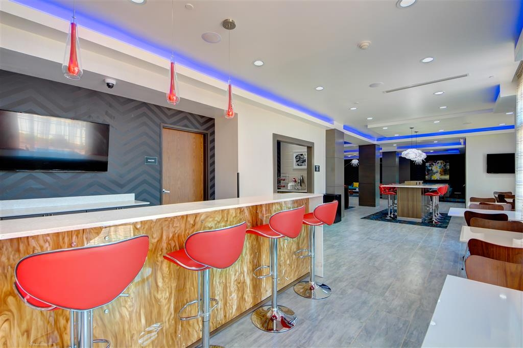 Best Western Plus The Inn & Suites at Muskogee - Grab a cold drink at our bar lounge!