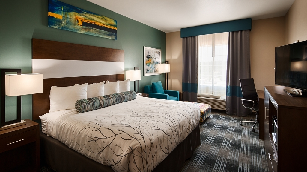 Best Western Plus The Inn & Suites at Muskogee - Stretch out and relax in the our standard king room.