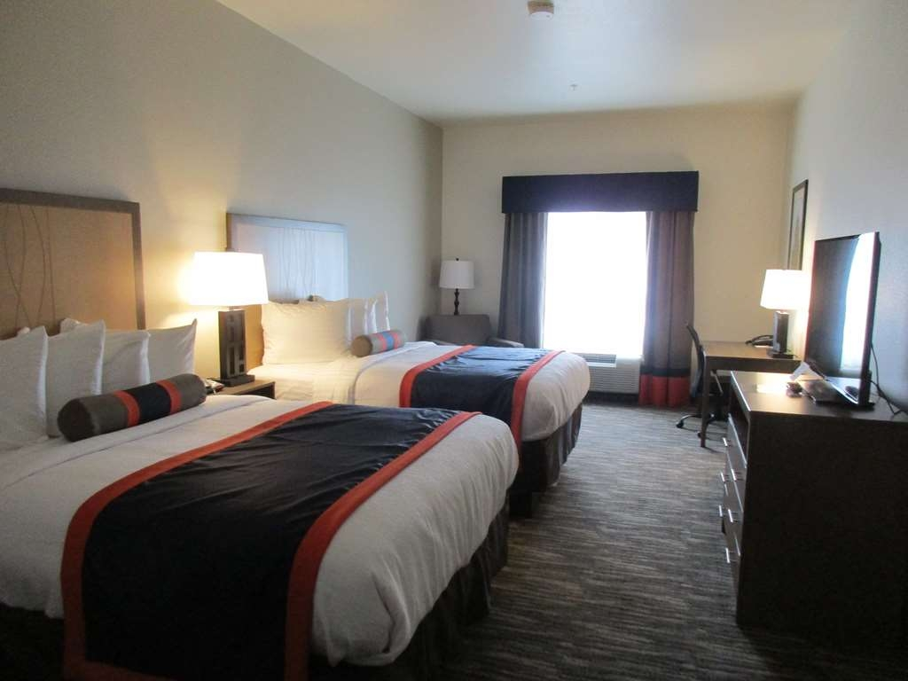 Best Western Plus Ardmore Inn & Suites - At the end of a long day, relax in our clean, fresh double queen room.
