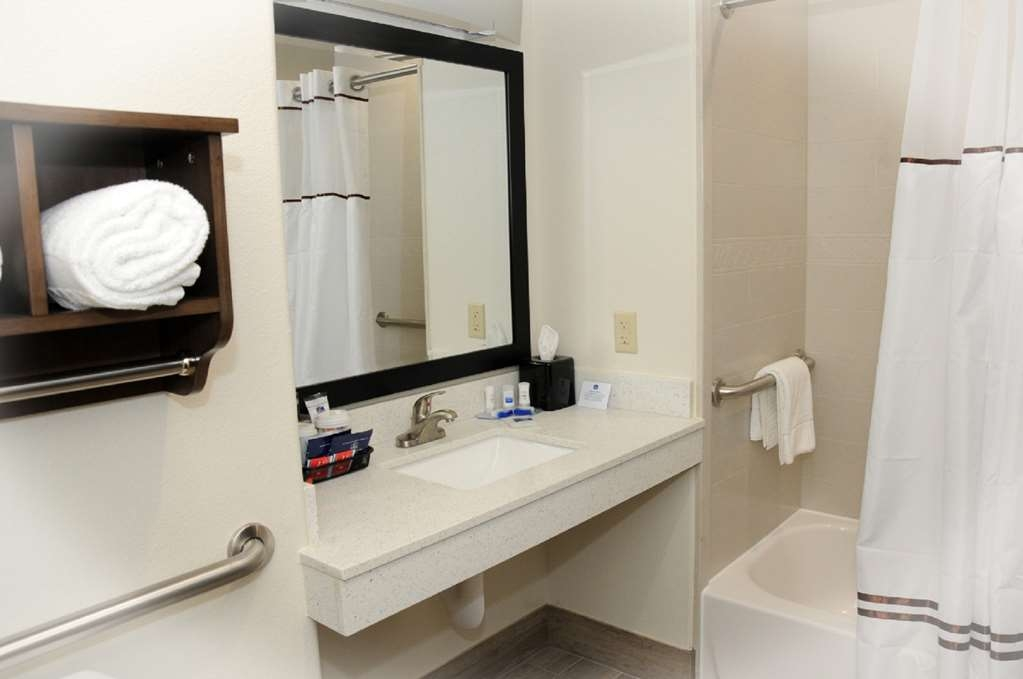 Best Western Plus Ardmore Inn & Suites - We designed our ADA mobility accessible bathrooms for easy wheelchair access.